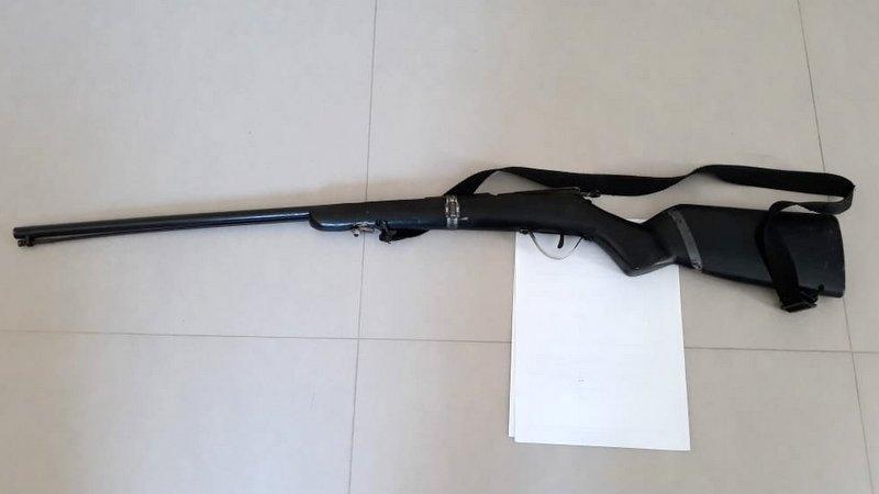 Arma do crime é uma espingarda artesanal. (Gustavo Moreira/Radar64)