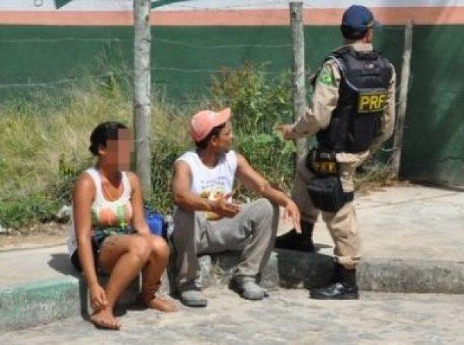 Homem sendo abordado por agentes da Polícia Rodoviária Federal (Foto: Radar 64)