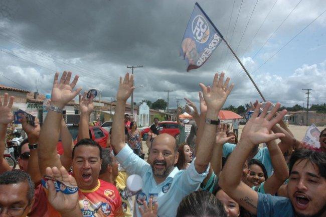 Junto ao candidato a vereador Valdemar (PT), e lideranças do local, a comunidade declarou seu apoio à candidatura de Robério Oliveira. (Divulgação)