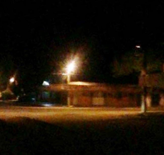 Principais ruas de Itapebi estavam desertas às 22h do domingo. (Reprodução/ItapebiAcontece)