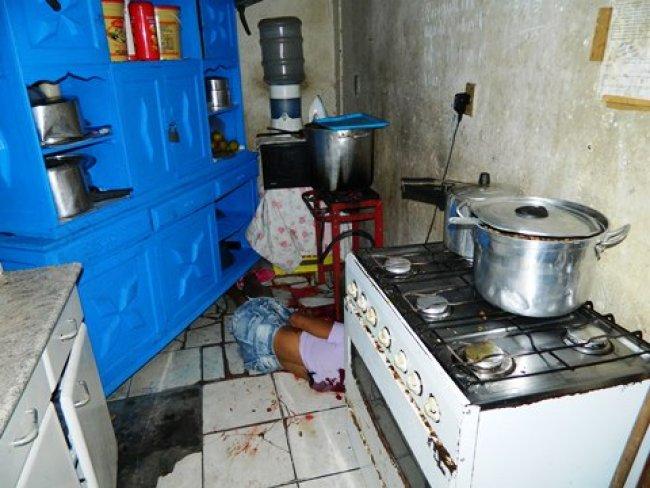 Vítima foi atingida por vários tiros em uma cozinha nos fundos do bar. (Foto: Arnaldo Alves/Itapebiacontece