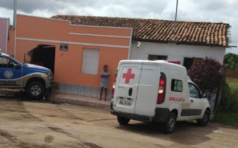 Violência do impacto abriu um buraco na parte da frente da casa da idosa. (Divulgação: Polícia Civil)