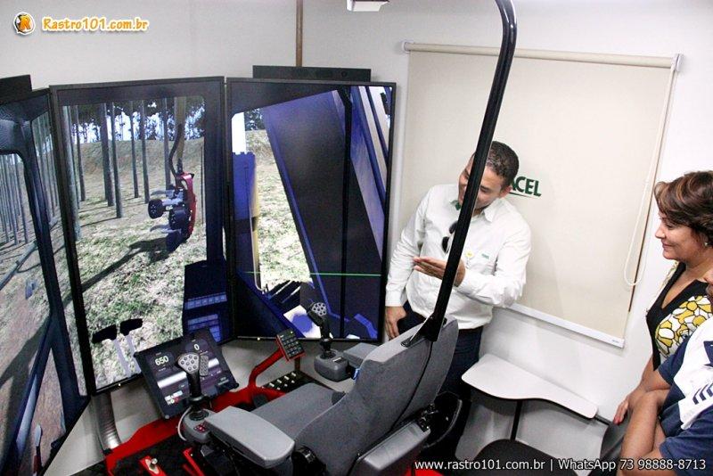 Importado da Suécia, o equipamento simula a operação de máquinas Harvester e Forwarder, com todos os recursos reais – pedais, joystick e botões. (Foto: Veracel)