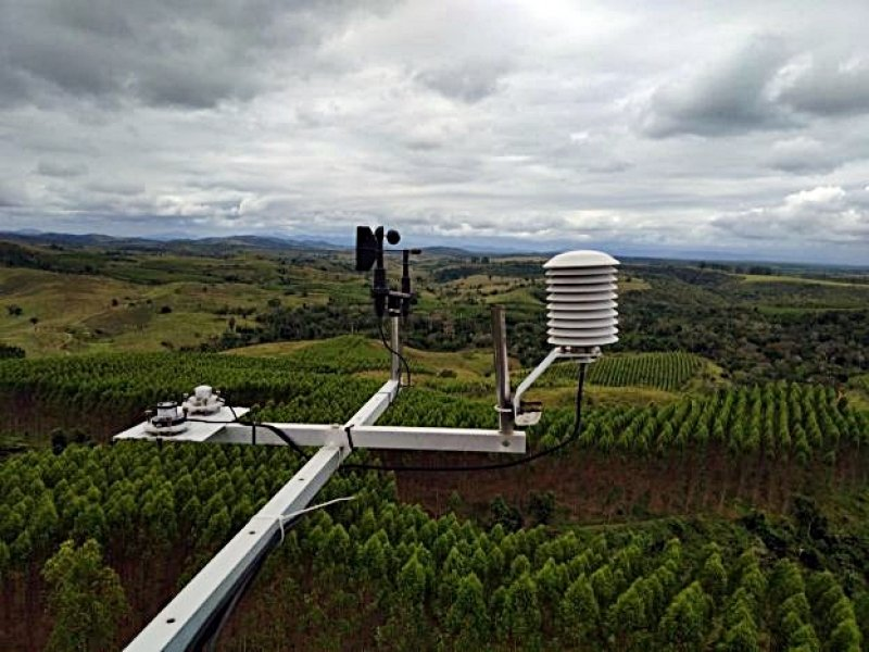 Foto do alto das torres de monitoramento de incêndio, mostrando parte dos equipamentos de monitoramento climático e florestas Veracel ao fundo. (Foto: Divulgação Veracel)
