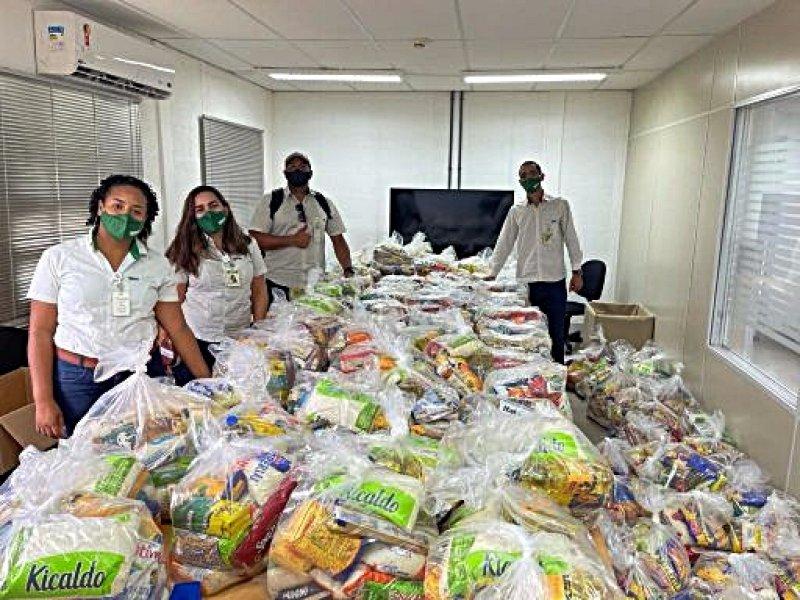 Representantes do time da Veracel realizam a separação dos alimentos (Divulgação)