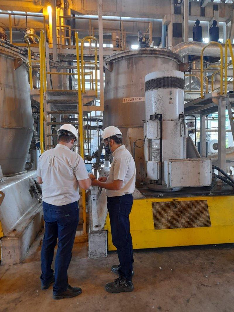 Equipe da Veracel Celulose utilizando a tecnologia de predição de falhas nas máquinas industriais de sua fábrica, localizada em Eunápolis, na Bahia.
