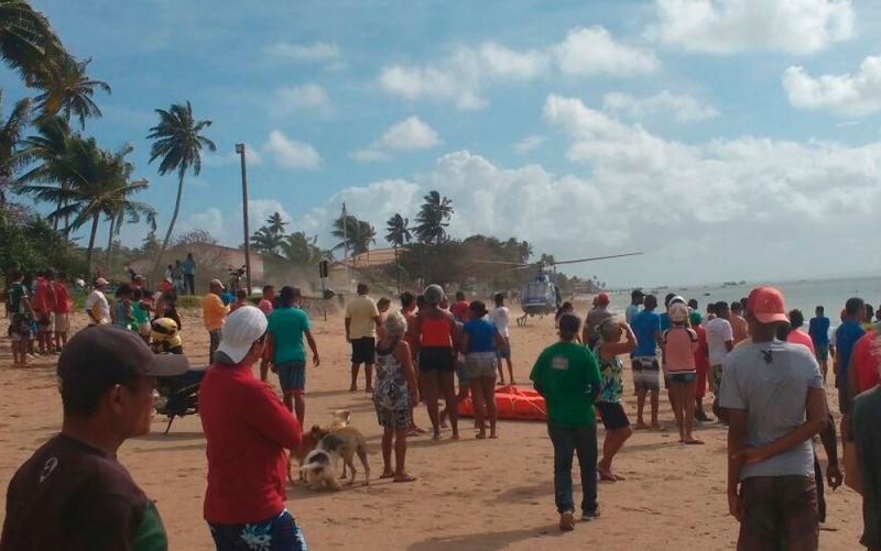 Vítimas sendo atendidas em praia de Vera Cruz. <br />  (Foto: Luís Paulo / Arquivo Pessoal)