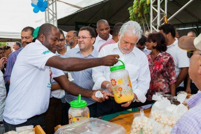 Gilson participa de vários projetos em União Baiana, como a Agroindústria. Na foto, o então governador da Bahia prova o suco da mandioca. (Foto: Arquivo pessoal)