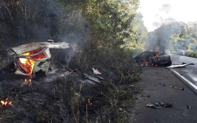 Os dois veículos envolvidos pegaram fogo durante o acidente. (Polícia Militar/Divulgação)