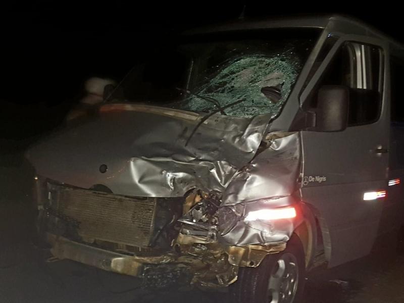 Parte da frente da van destruída após o impacto com a moto. (Foto: Blog Jorge Amorim)<br />