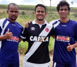 Williamberto Souza (centro da foto), ao lado de amigos. Colaboração dos amigos foi importante para a realização do torneio, destacou. (Foto: Divulgação)